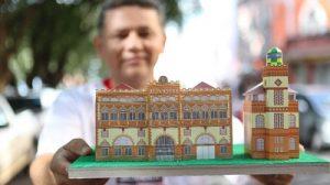 Carlos Melo e miniatura da Alfândega