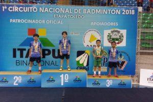 Gustavo Manoel Carvalho (à direita, de verde)