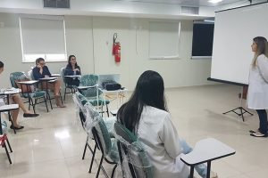 Pesquisadora-Bruna-Cruz-durante-apresentacao-da-pesquisa_CREDITO_Patricia-Trigueiro_ASCOM_FCECON-01